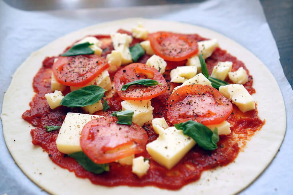 томатная паста, сыр, помидоры