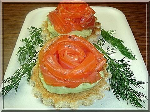 Тарталетки роза из красной рыбы