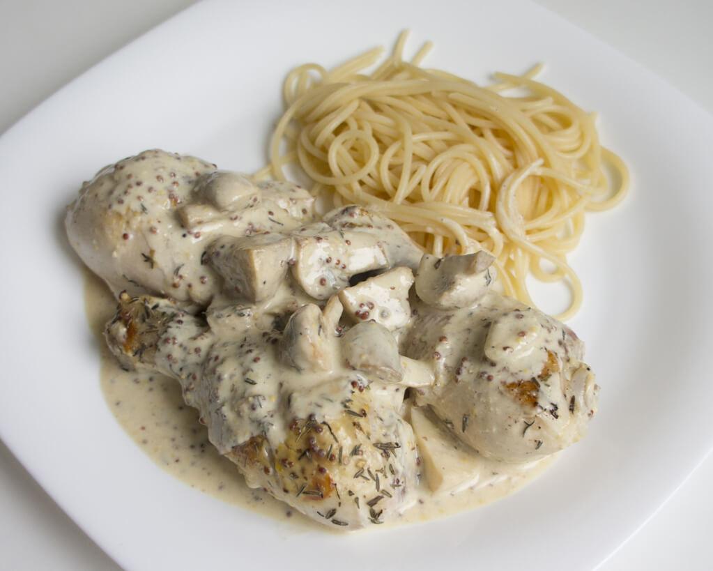 Фото куриных голеней под сливочно-грибным соусом