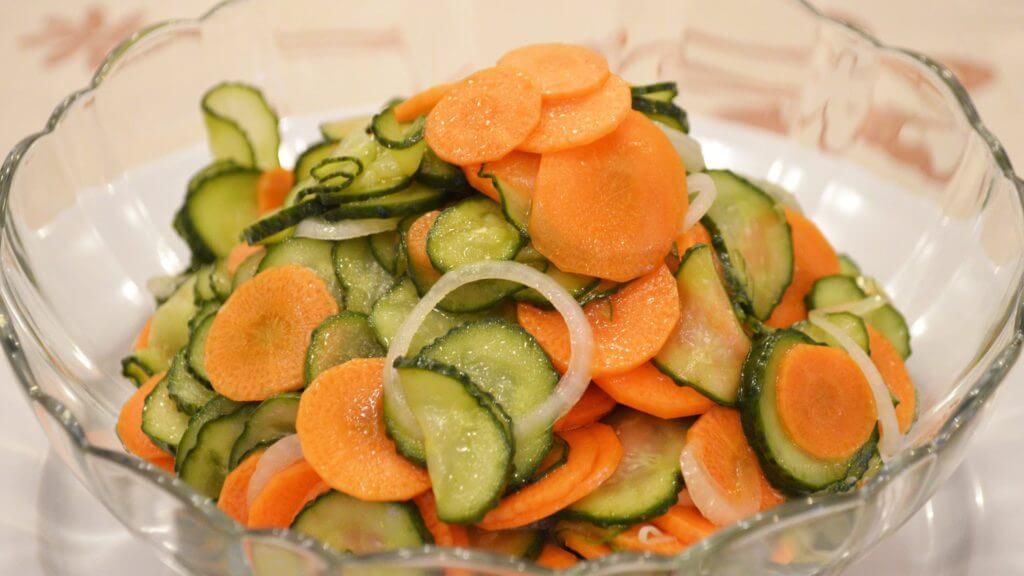 фото салата из огурцов на зиму с добавлением моркови
