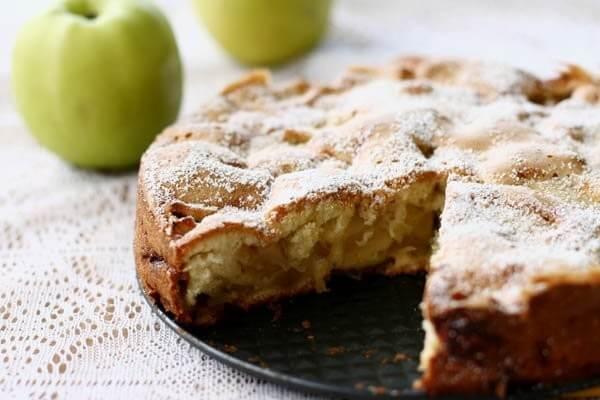 фото шарлотки с яблоками на кефире