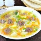 фото супа с фрикадельками и паутинкой