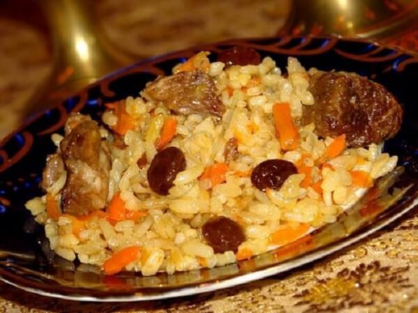 Плов из свинины с сухофруктами на сковороде