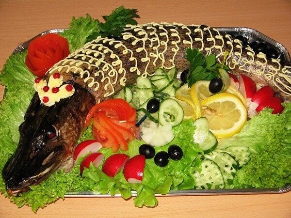Щука целиком с овощами