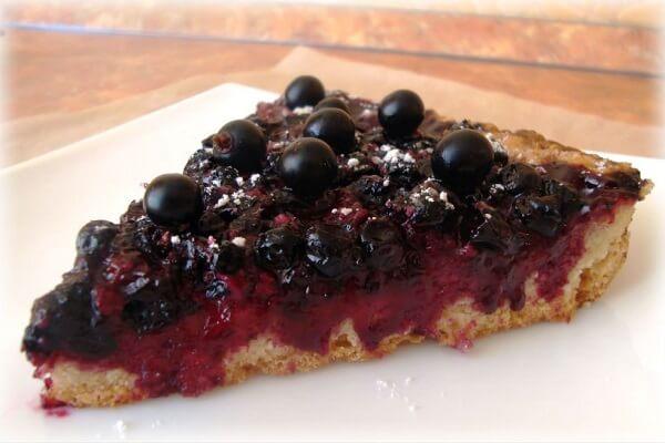 Пирог из замороженной черной смородины в мультиварке