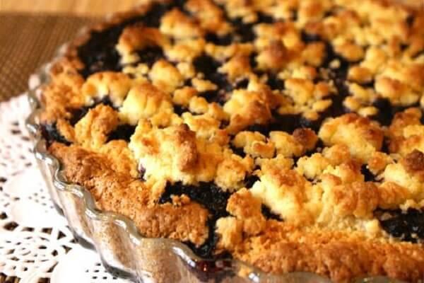Пирог из замороженной смородины и сметаны