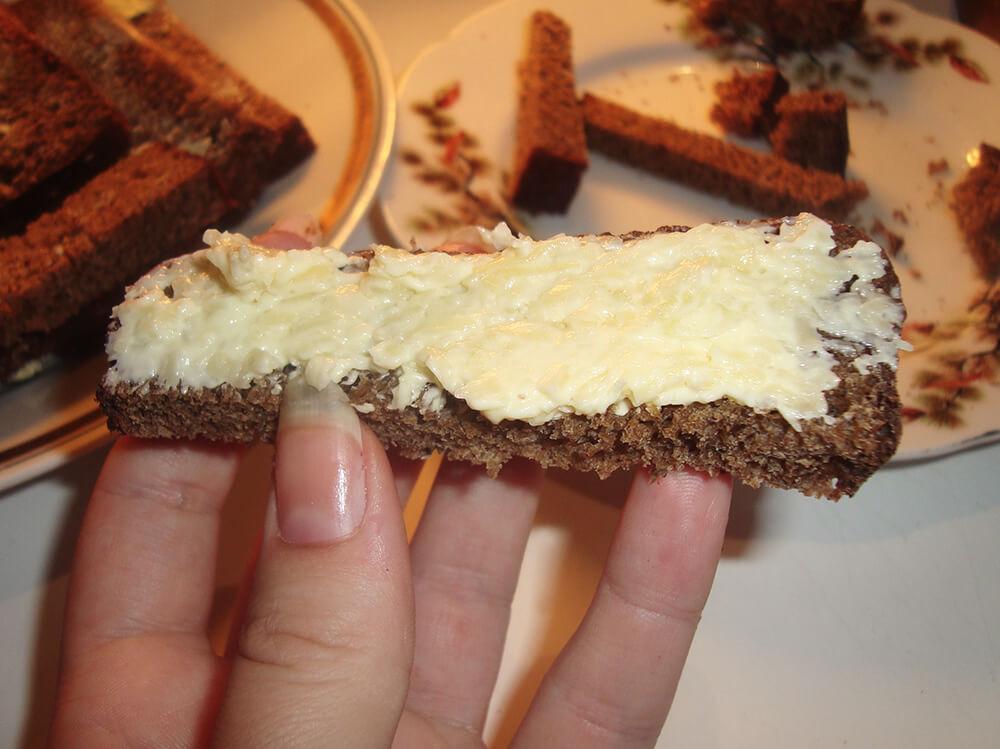 ломтик хлеба с сырной смесью