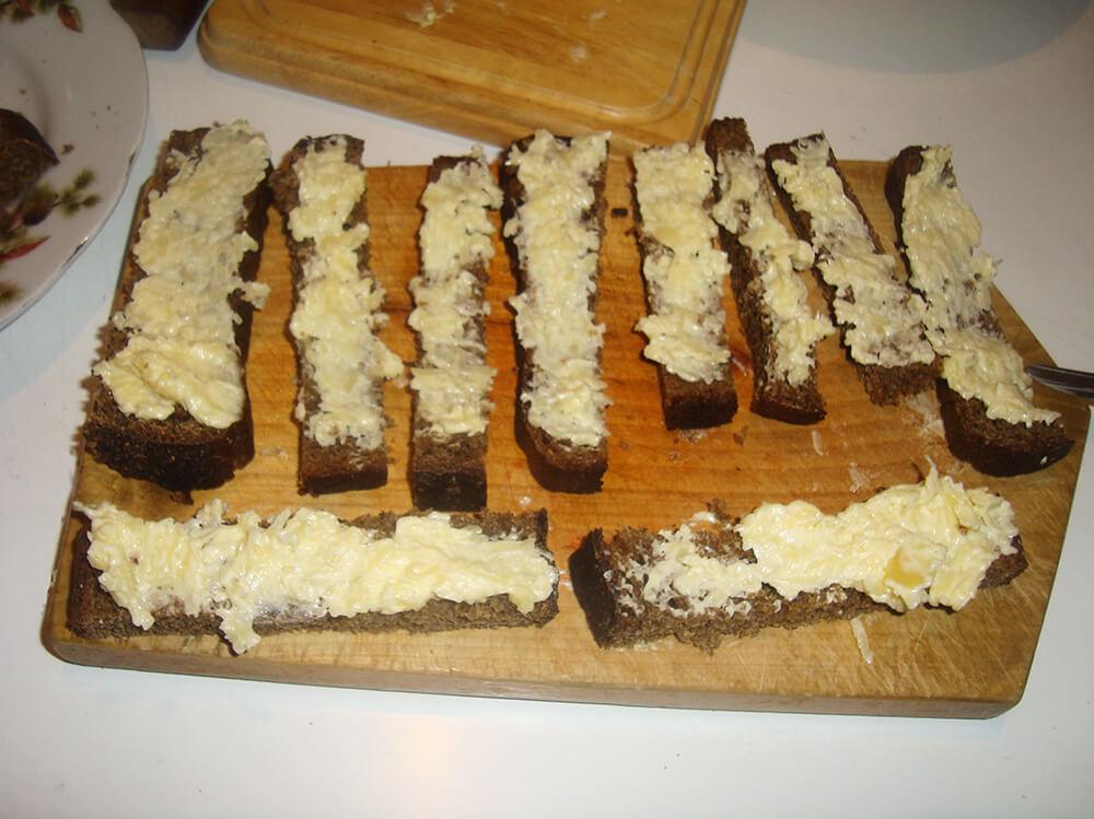 ломтики хлеба с сырной смесью
