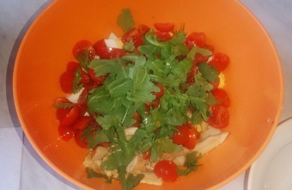 салат с рукколой, куриной грудкой и черри