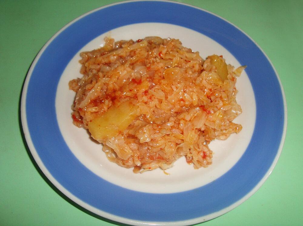 бигос с рисом на тарелке