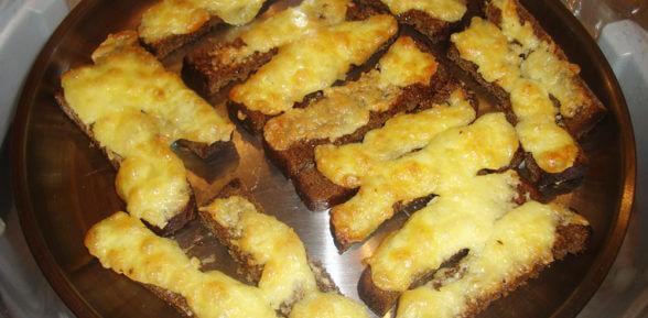 Вкуснейшие чесночные гренки из черного хлеба с сыром