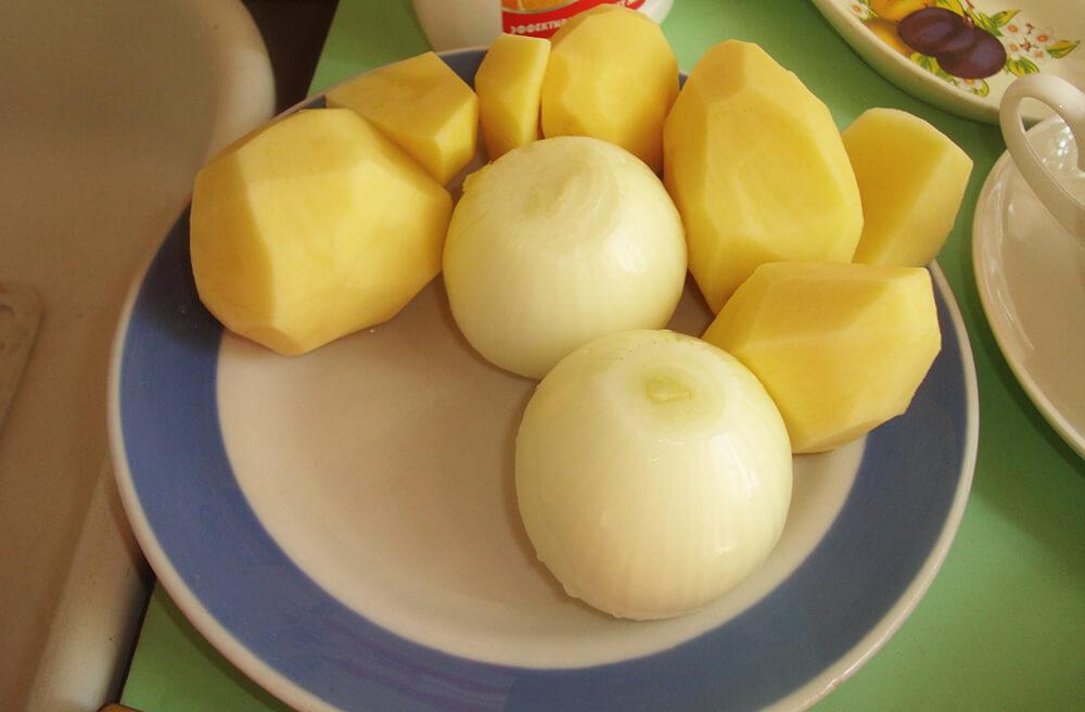 очищенный лук и картофель