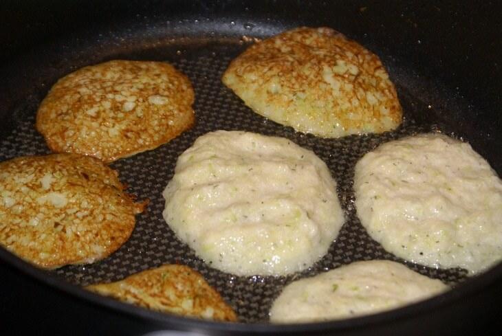 Жарка оладий из кабачков и картофеля
