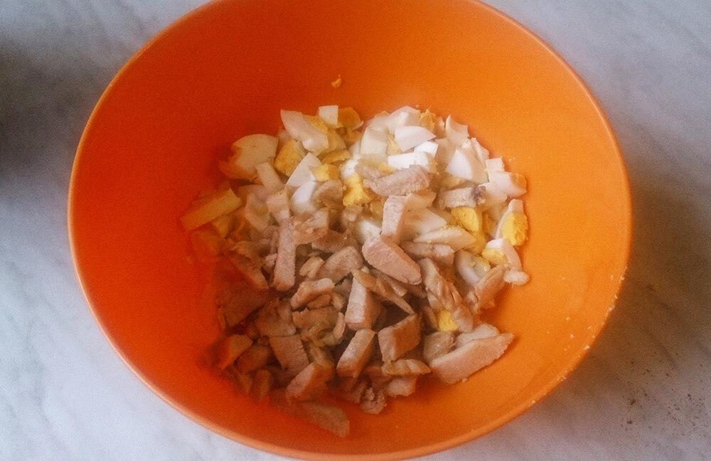 яйца и куриная грудка в тарелке