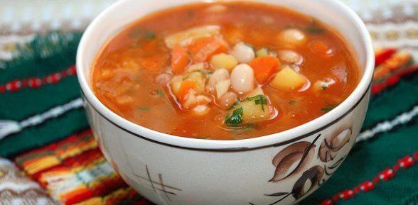 Простой суп с консервированной фасолью в томатном соусе