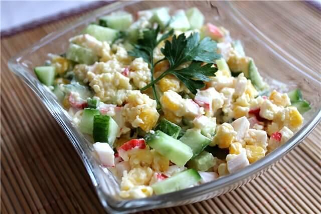 Крабовый салат с диетической заправкой на основе кефира