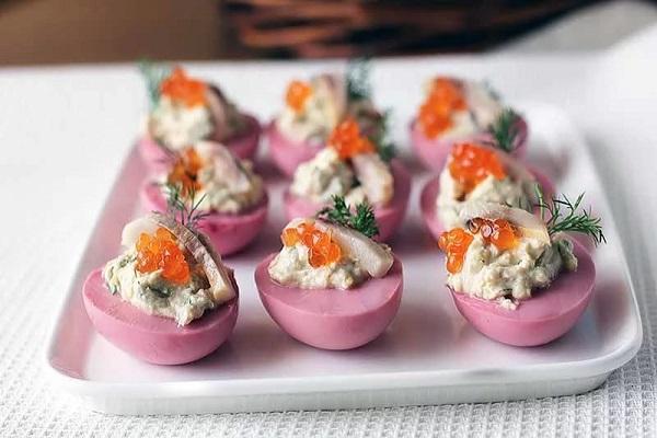 Яйца с селедкой и икрой