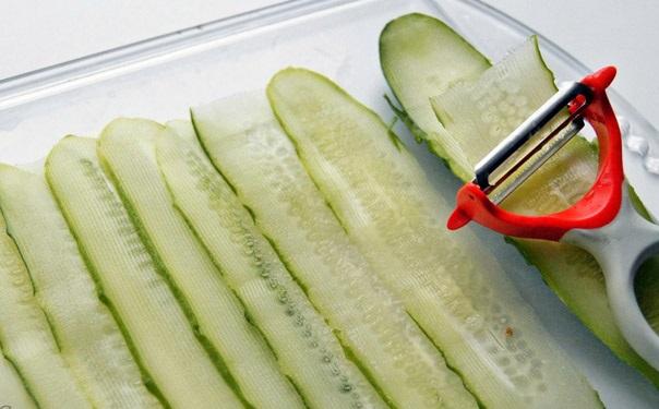 Нарезка огурцов при помощи овощечистки