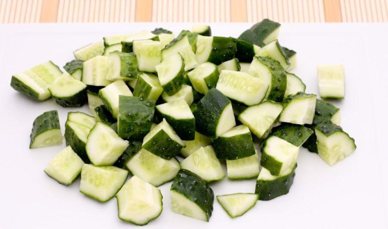 Нарезаем огурцы для шопского салата