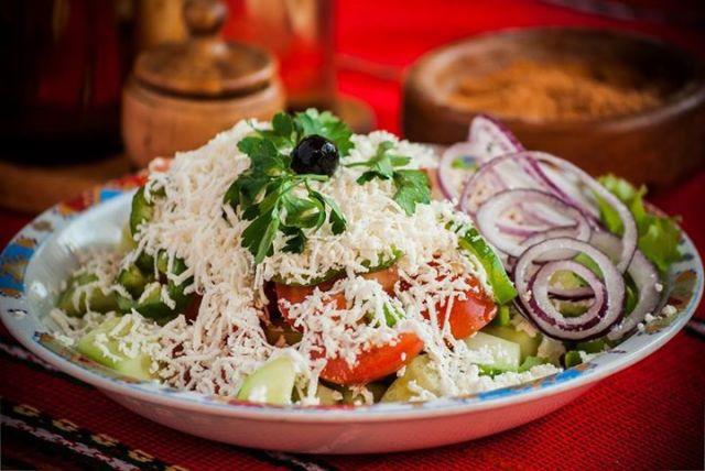 Классический шопский салат и правильная подача
