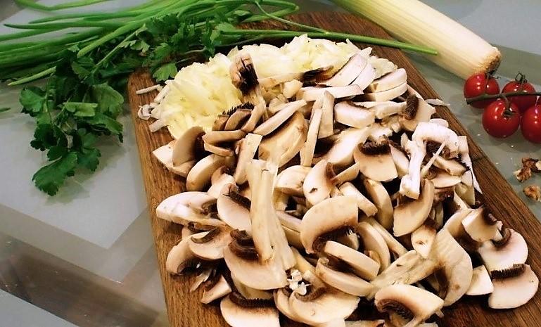 Приготовление начинки для кулебяки с мясом и грибами