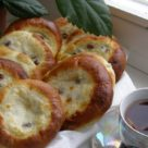 Домашние ватрушки с творогом изюмом и и лимонной цедрой