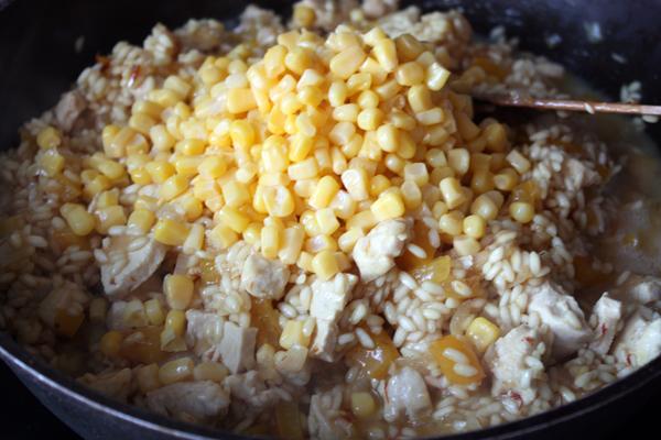 Приготовление ризотто с курицей и кукурузой