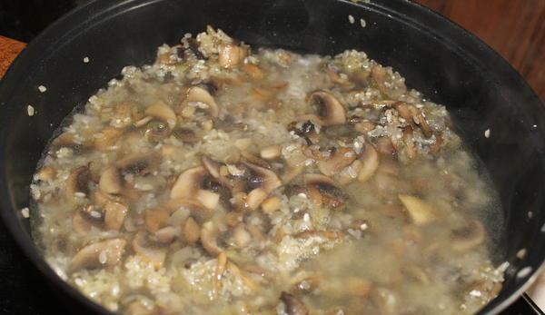 Приготовление ризотто с грибами и курицей