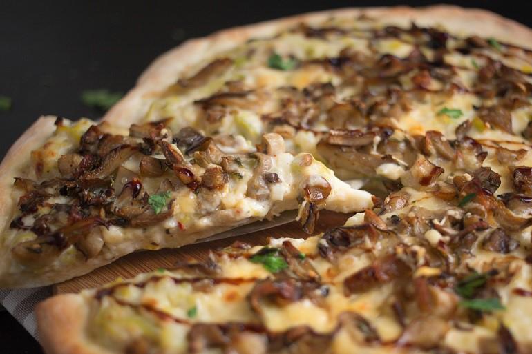Пицца с грибами и каперсами