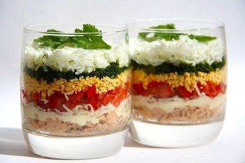 Слоеный салат с говядиной помидорами и сыром