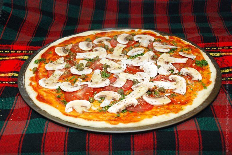 Пицца с каперсами и грибами