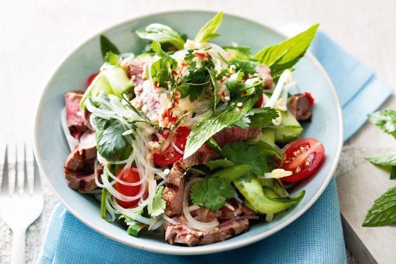 Салат с говядиной помидорами и фунчозой
