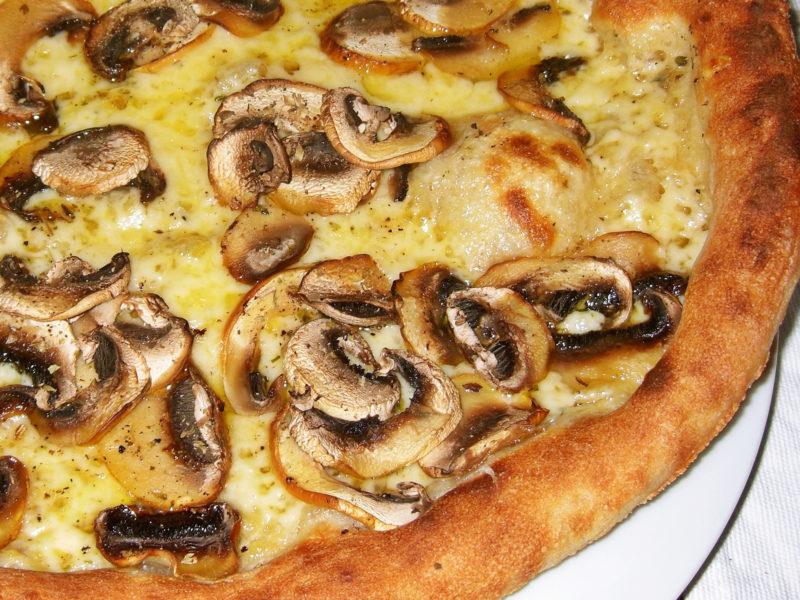 Пицца со сметаной и грибами
