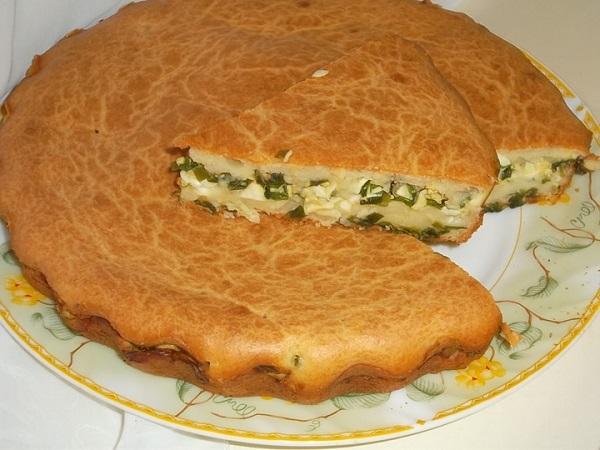Заливной пирог с зеленым луком, яйцами и морковью