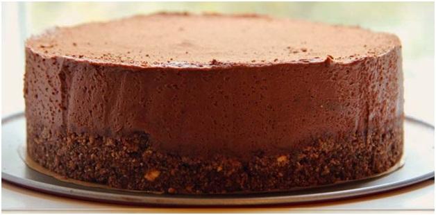 Шоколадный торт на основе из бисквитной крошки