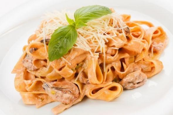 Итальянская паста с морепродуктами в сливочно-томатном соусе