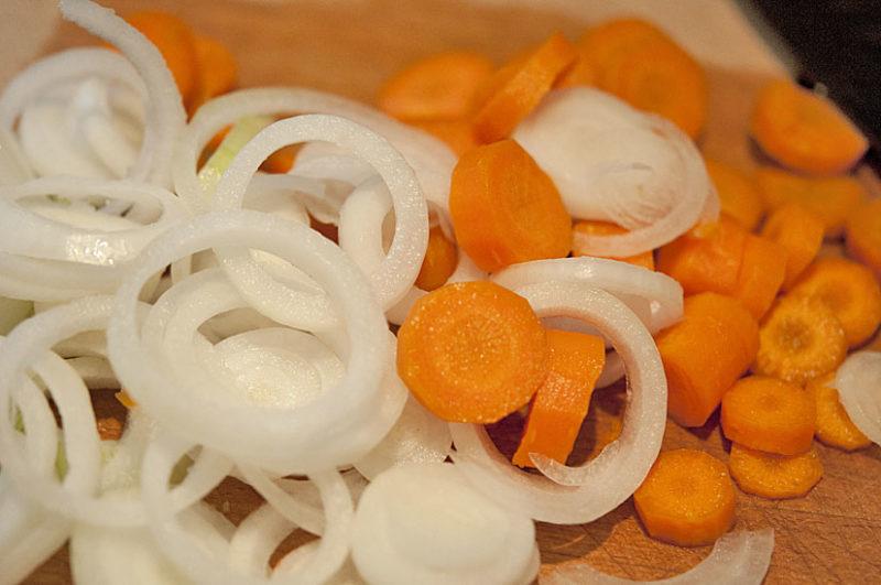 Нарезанные лук, морковь