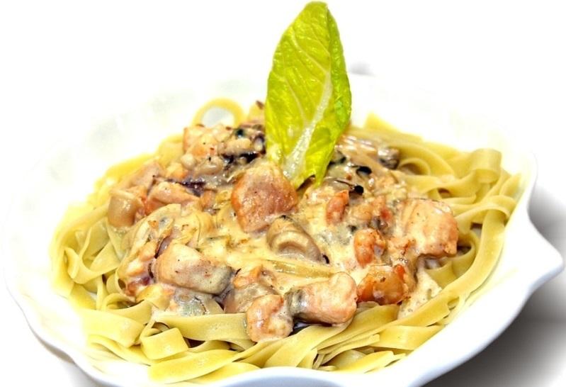 Паста с морепродуктами в острому сливочно-сырном соусе