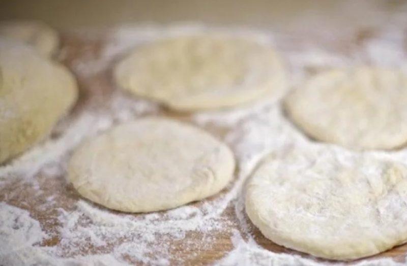 Разделить тесто на лепешки