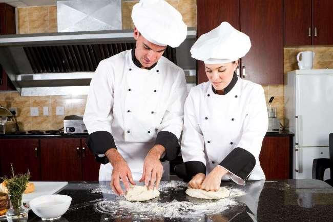 повара готовят тесто