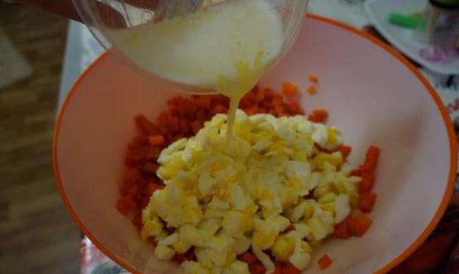 к моркови добавить яйца и масло