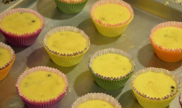 выложить тесто в формы для кексов