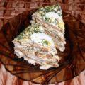 блинный торт с курицей на тарелке