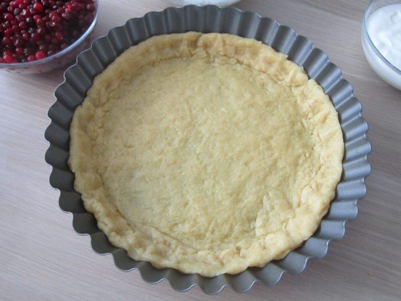 Приготовление открытого пирога с брусникой и сметаной