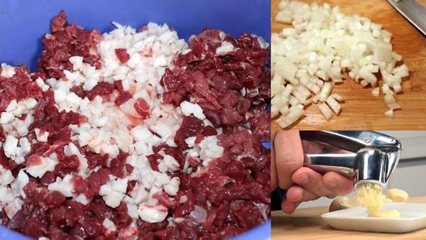 измельчить мясо, лук и чеснок