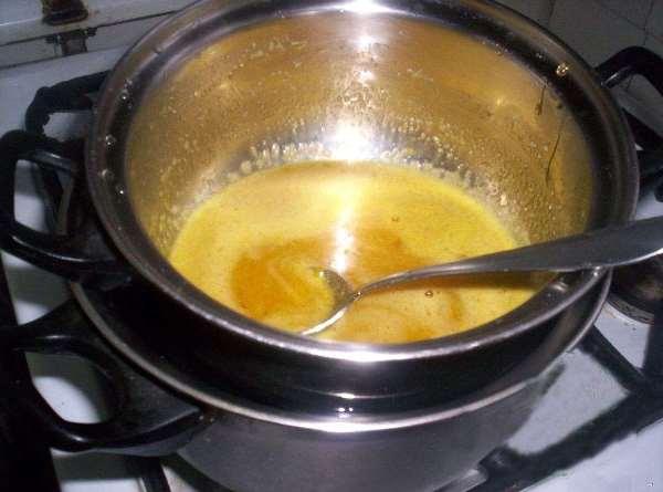 на водяной бане растопить сливочное масло, мед и сахар