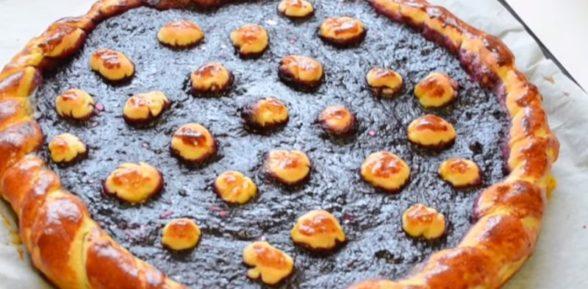 Пирог дрожжевой с ягодами