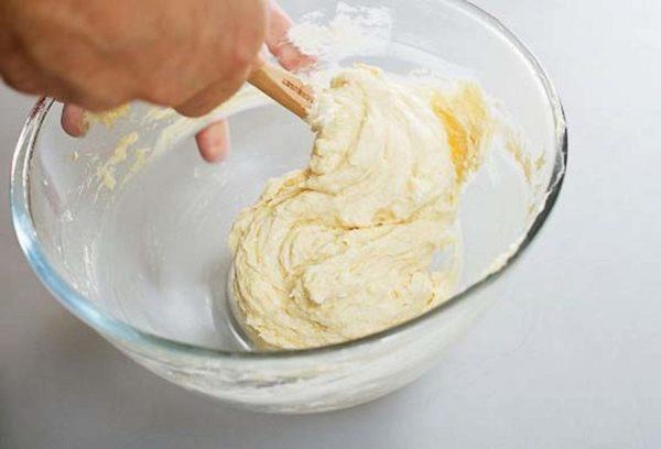 смешать яйца с мукой и маслом