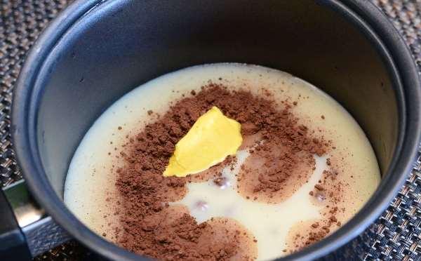 смешать сгущенку, сливочное масло и какао