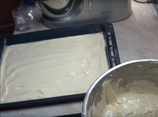 вылить тесто на противень